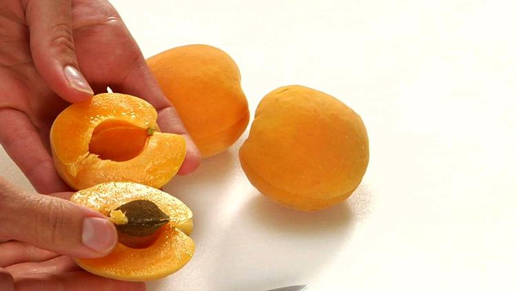 Свежие абрикос и косточки