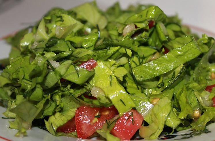 Блюдо из листьев салата