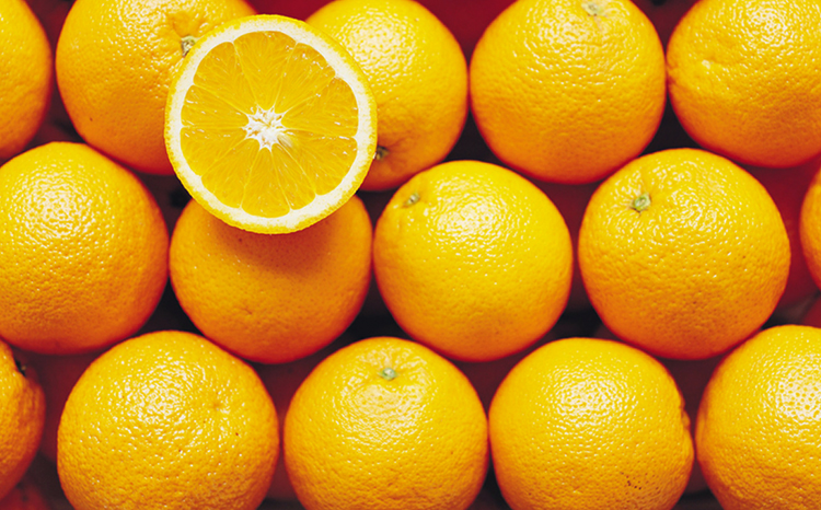 Много свежих апельсинов