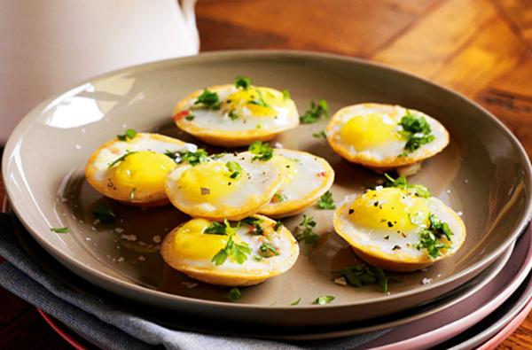 Перепелиные яйца в сковородке