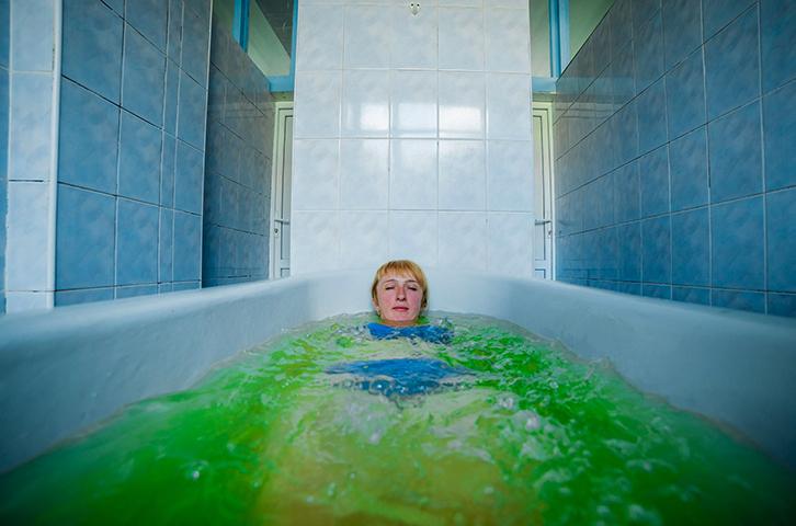 Женщина в радоновой ванне