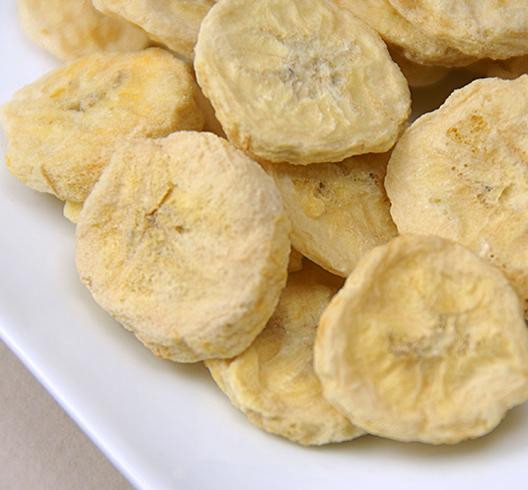 Сушеные бананы в тарелке