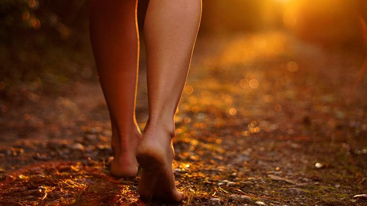 Женщина ходит босиком