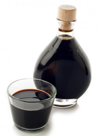 Бутылка и стакан уксуса