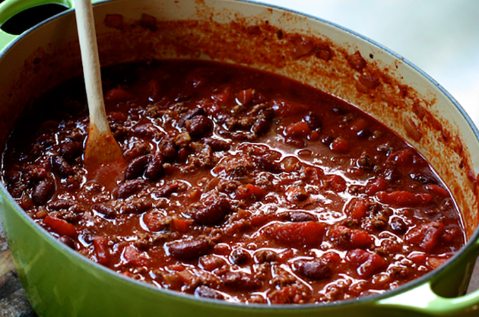 Приготовление еды с перцем чили