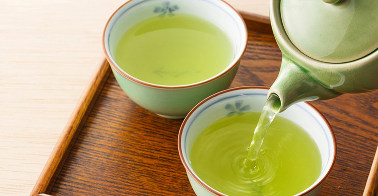 Наливание зеленого чая