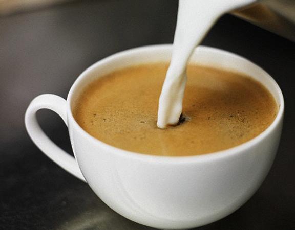 Налитие молока в кофе