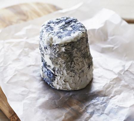 Козий сыр в бумаге