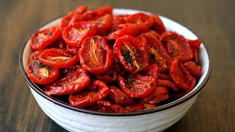 Много сушеных помидоров