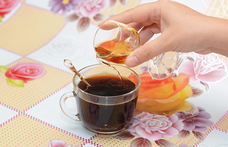 Налитие коньяка в чай