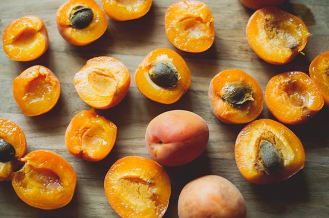 Нарезанные абрикосы