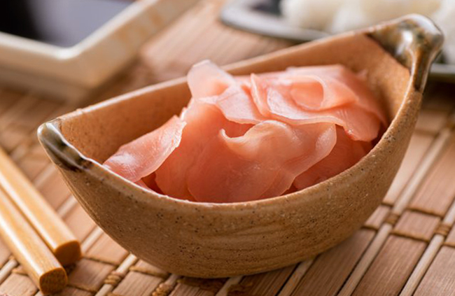 Подача сушенного имбиря вместе с суши