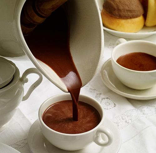 Разлив горячего шоколада