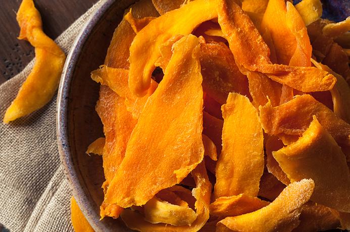 Сушенное манго в сковороде