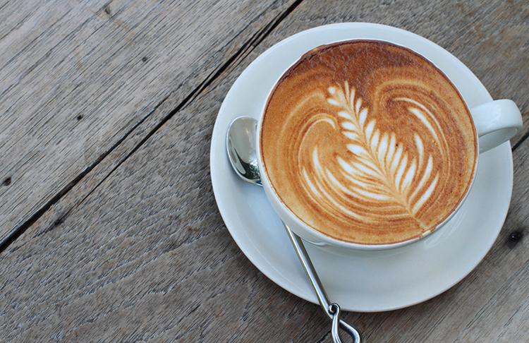 Свежее кофе с молоком