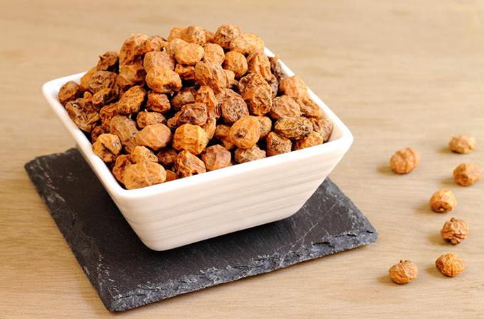 Орехи чуфа на столе