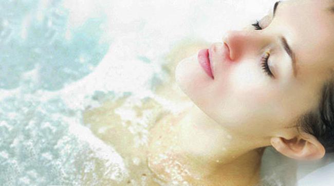 Девушка в содовой ванне