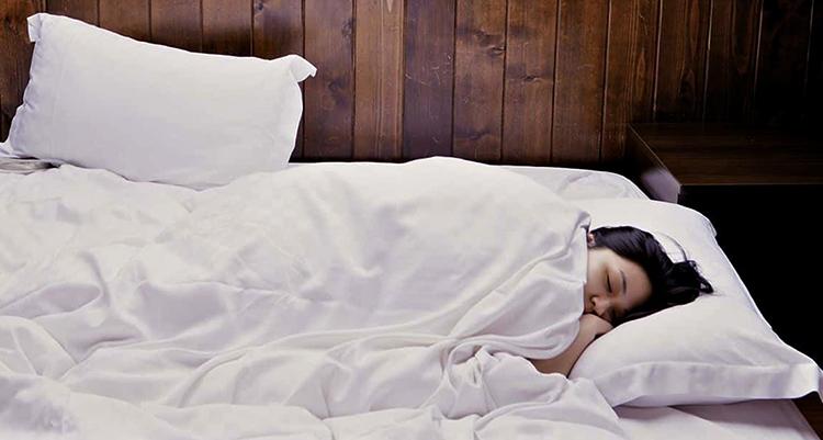 Девушка спит на перьевой подушке