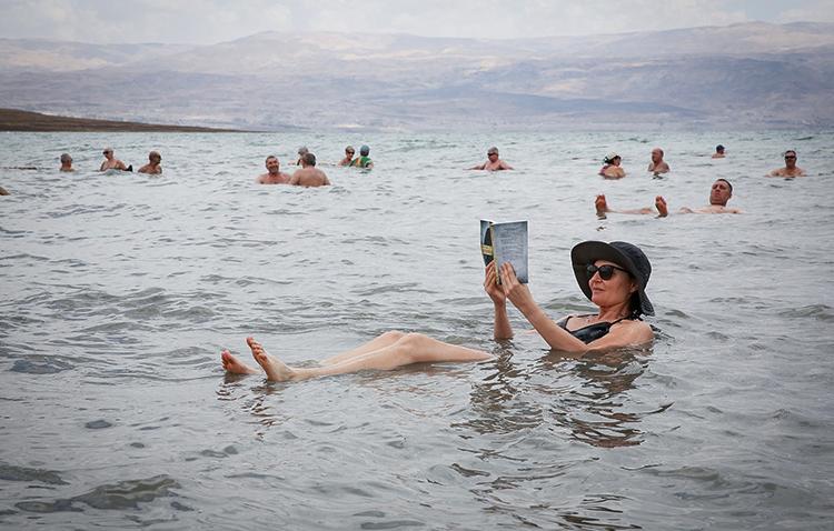 Люди в мертвом море