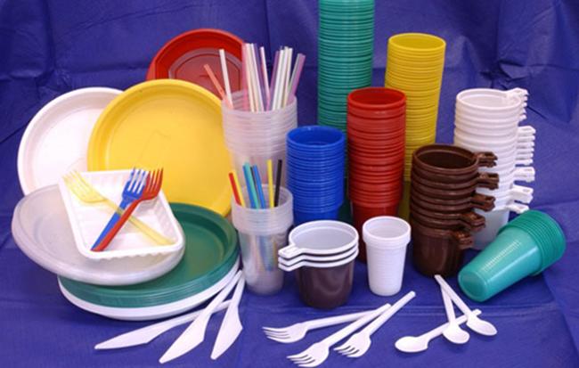 Много пластиковой посуды