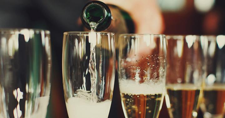 Налитие шампанского