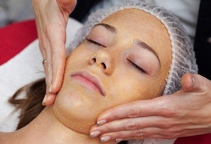 Нанесение глицерина на кожу лица