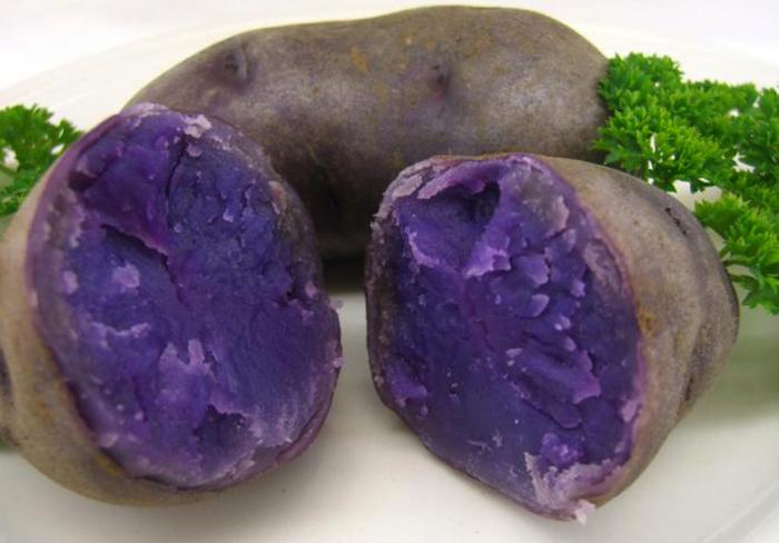 Нарезанная синяя картошка