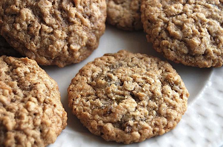 Овсяное печенье в тарелке