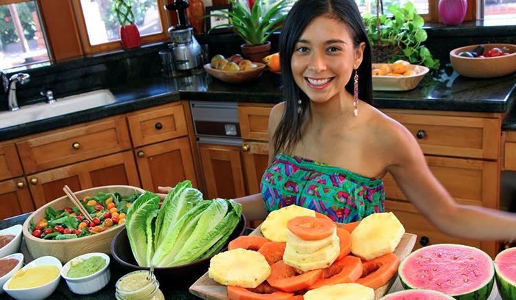 Девушка и сырая еда