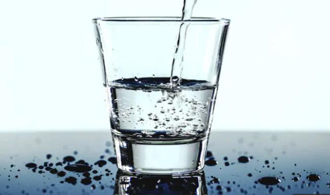Стакан с щелочной водой