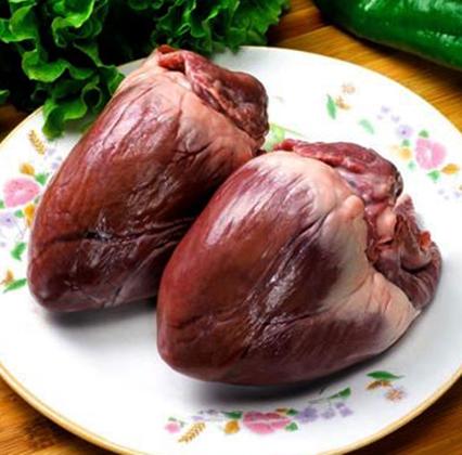 2 куриных сердца на тарелке