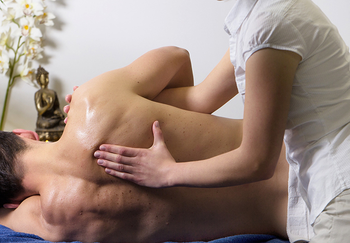 Специалист проводит массаж