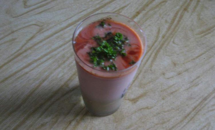 Стакан томатного сока со сметаной