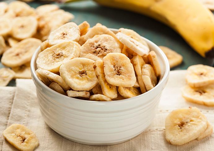 Свежие банановые чипсы