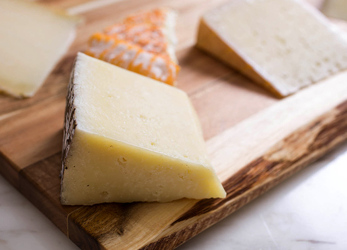 Свежий овечий сыр