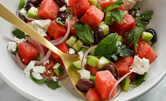 Ложка в греческом салате