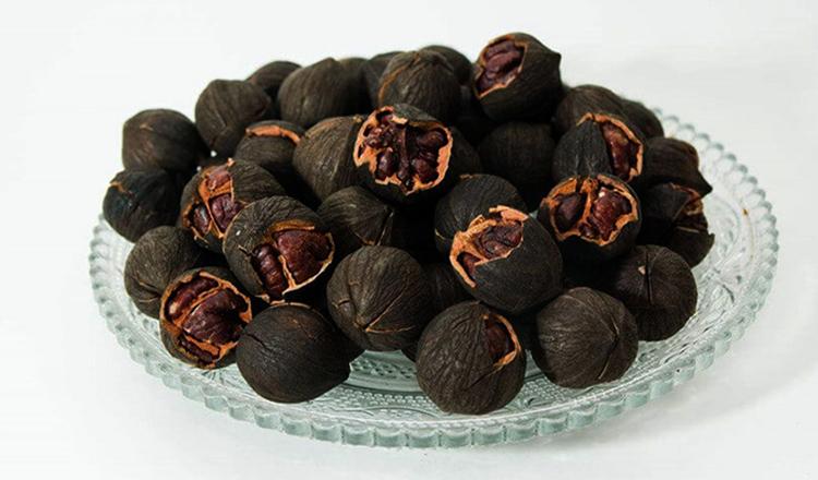 Тарелка с черными орехами