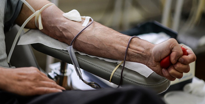 Человек сдает кровь