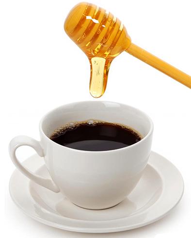 Добавление меда в кофе