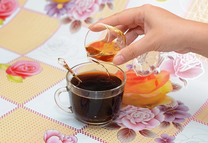 Добавление коньяка в кофе