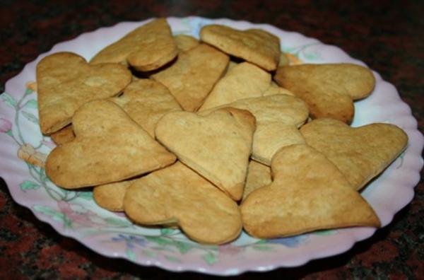 Затяжное печенье на тарелке