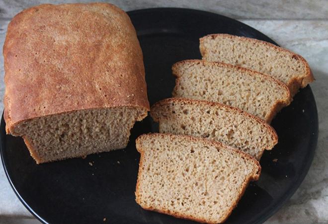 Хлеб с отрубями в тарелке