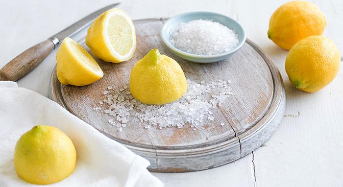 Лимон и крупная соль