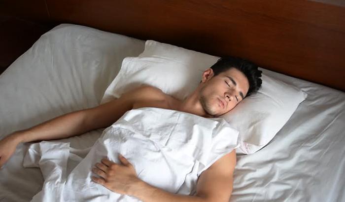 Мужчина спит один