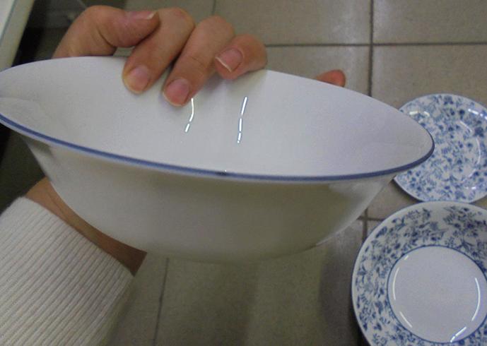 Опаловая посуда в руках