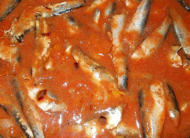 Приготовленная килька в томатном соусе