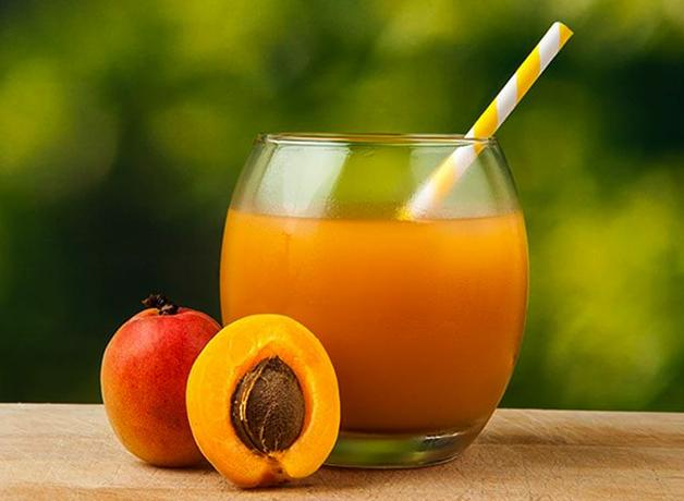 Стакан сока и абрикосы