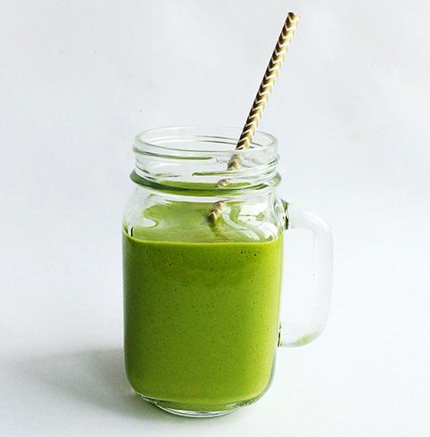 Кружка с зеленым коктейлем