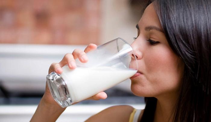 Девушка пьет молоко с содой
