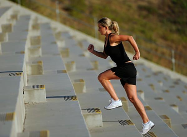 Женщина бежит по лестнице